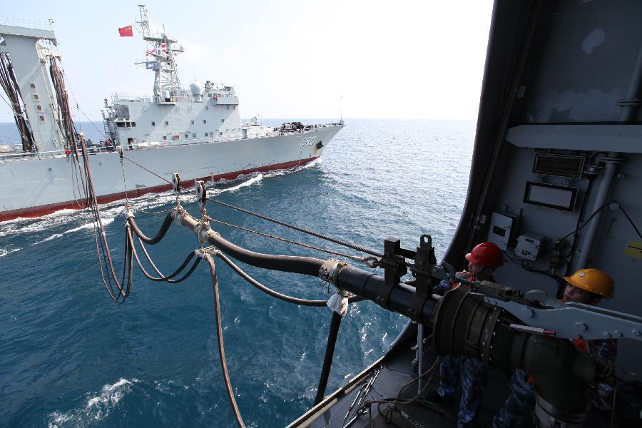 Un vas chinez se reaprovizioneaza in larg