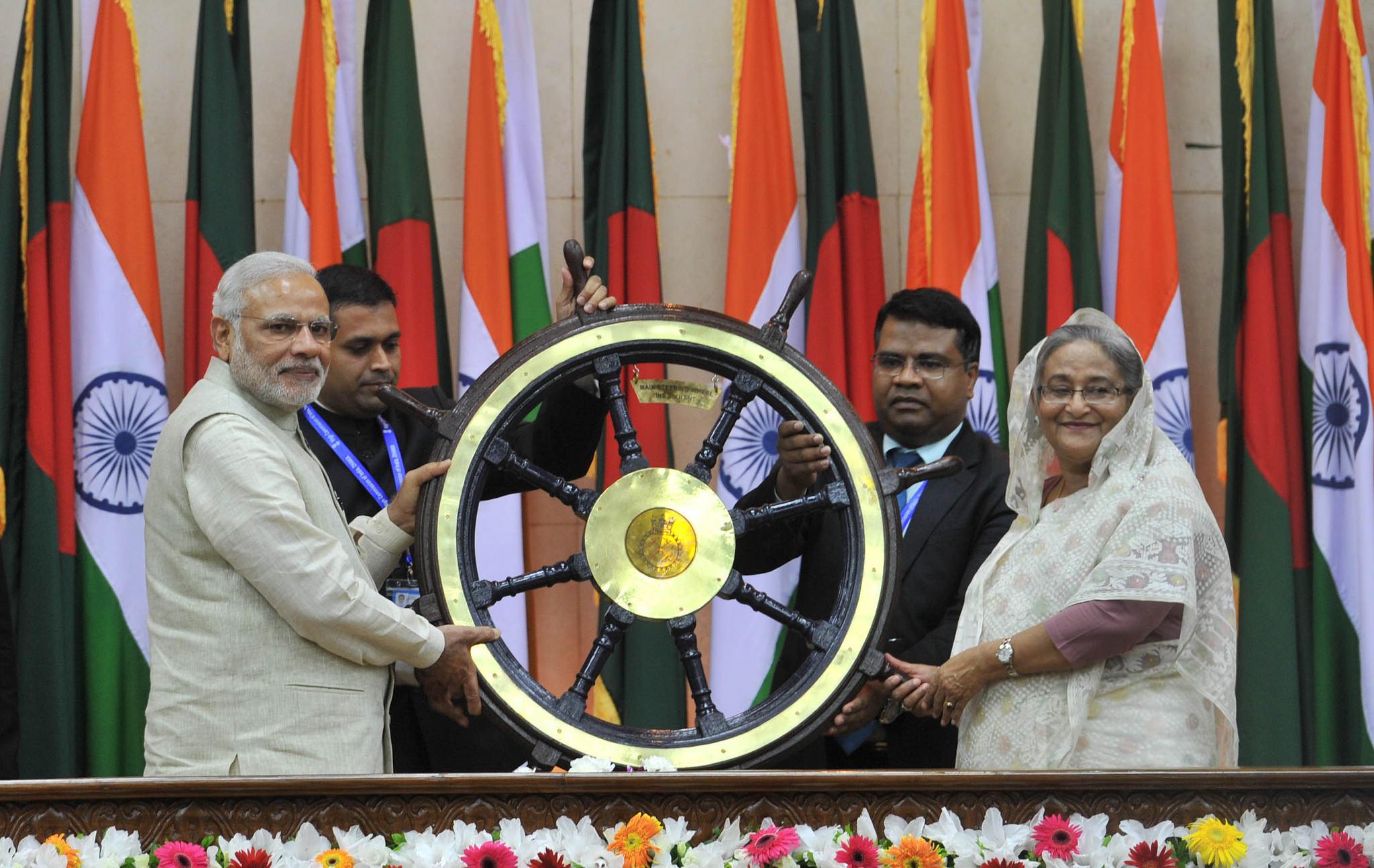 Prim-ministrii Narendra Modi si Sheikh Hassina schimba suveniruri