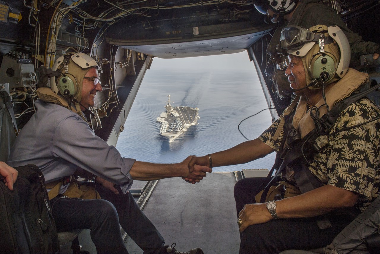 Secretarul american al apararii, Ashton Carter, si omologul sau filipinez, Voltaire Gazmin, isi strang mainile la bordul unui elicopter american, dupa ce au vizitat portavionul USS John Stennis, aflat in Marea Chinei de Sud
