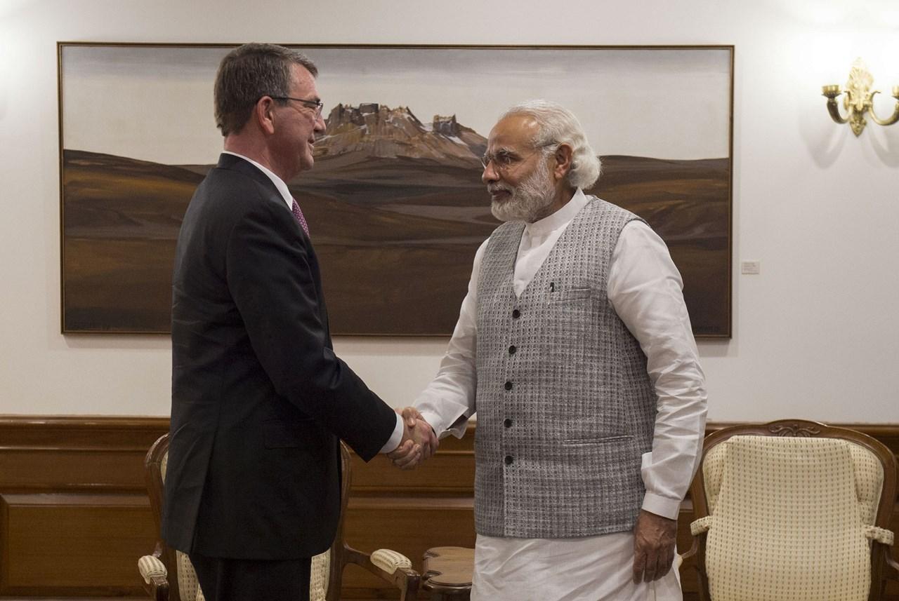 Secretarul american al apararii, Ashton Carter, intr-o intalnire cu Narendra Modi, prim-ministrul Indiei