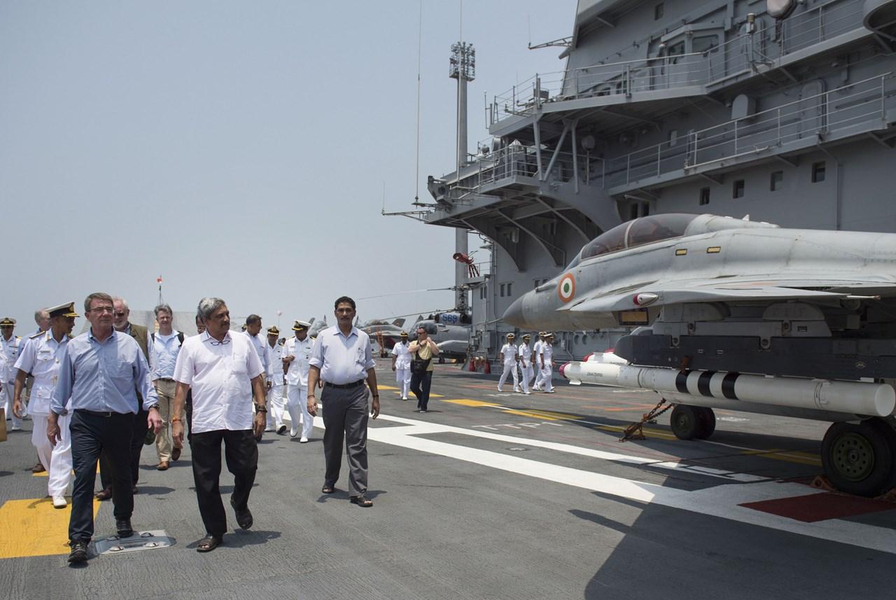 Secretarul american al apararii, Ashton Carter, si omologul sau din India, Manohar Parrikar, la bordul portavionului indian INS Vikramaditya