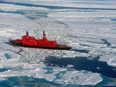 Spărgătorul de gheață rus Yamal, în drum către Polul Nord, în 2001