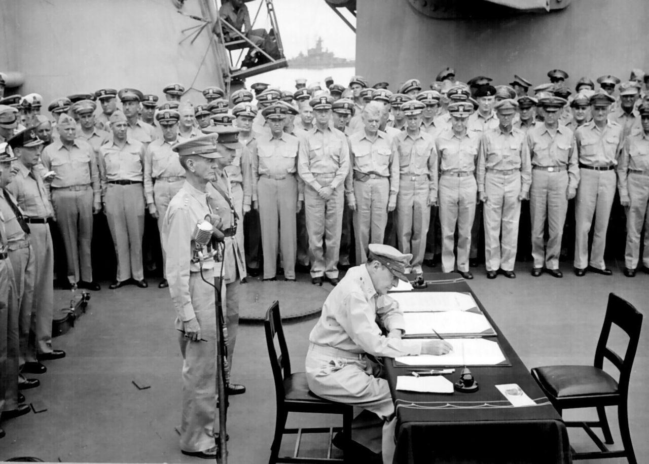 Generalul Douglas MacArthur semnând actul capitulării Imperiului Japonez