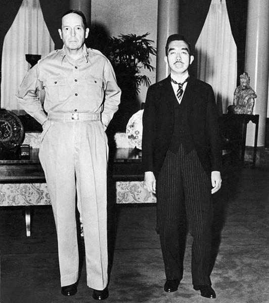 Generalul Douglas MacArthur și Împăratul Hirohito