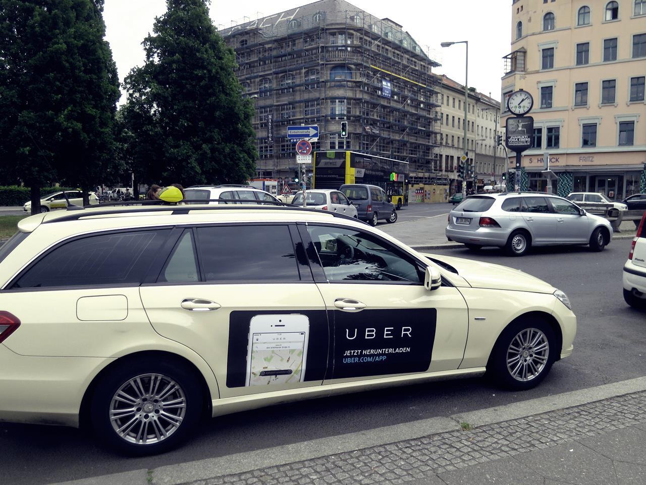Reclama pentru Uber lipită pe un taxi