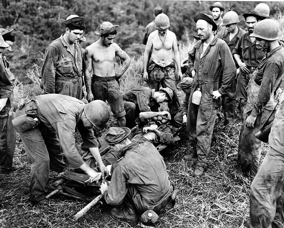 Soldat american rănit în bătălia de la Guadalcanal