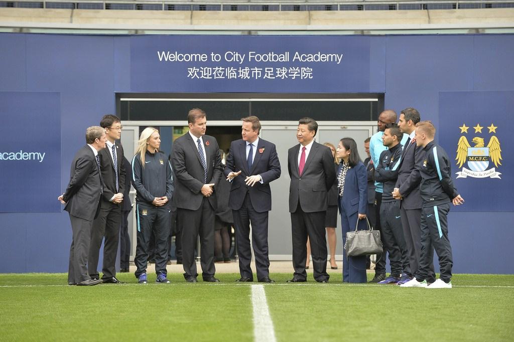 Președintele chinez Xi Jinping și prim-ministrul britanic David Cameron în vizită la Manchester City