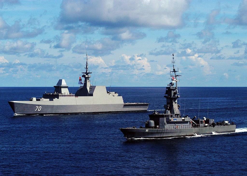 RSS Steadfast și RSS Vigilance în apele Mării Chinei de Sud