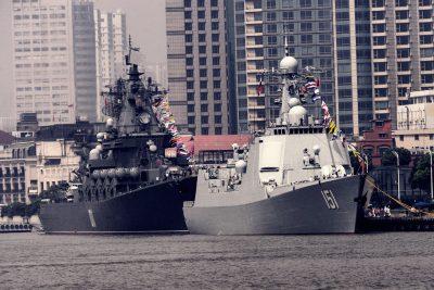Distrugătorul Zhengzhou și crucișătorul Varyag