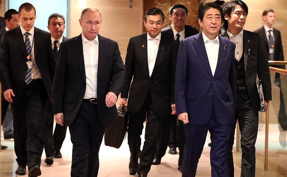 Vladimir Putin și Shinzo Abe la summitul lor din Japonia