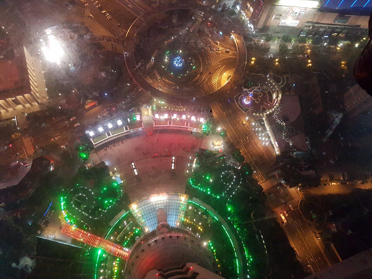 Podeaua de sticlă din Oriental Pearl Tower din Shanghai