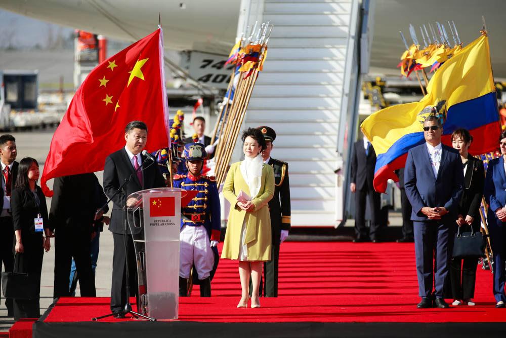 Președintele Ecuadorului, întâmpinându-l pe președintele chinez Xi Jinping la aeroport
