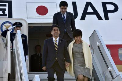Shinzo Abe coborand din avion