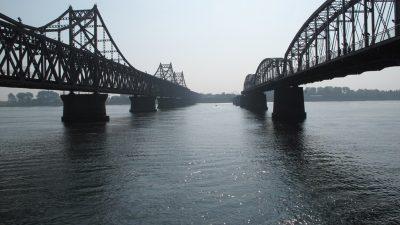 Cele două poduri care traversează râul Yalu și leagă China de Coreea de Nord