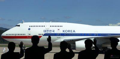 Oficiali sud-coreeni salută avionul prezidențial al lui Park Geun-hye