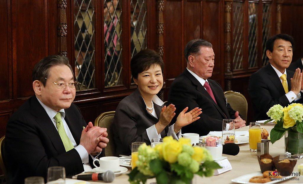 Fosta președintă a Coreei de Sud, Park Geun-hye, alături de lideri ai chaebol-urilor sud-coreene