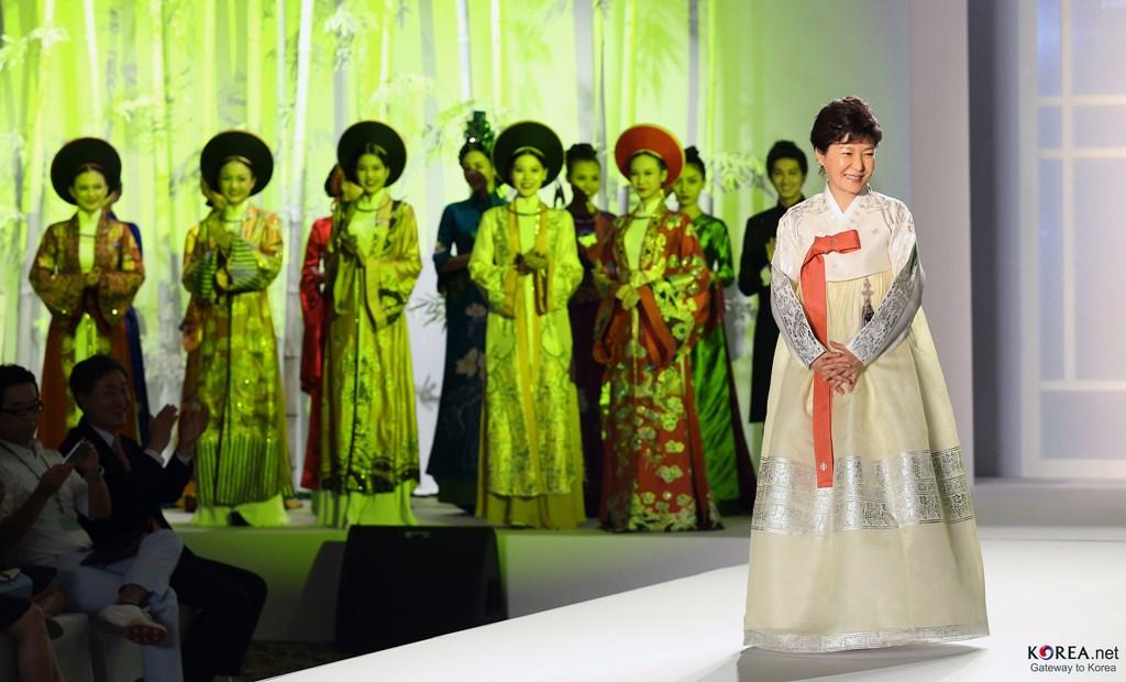 Fosta președintă Park Geun-hye, îmbrăcată în Hanbok, în timpul unei vizite în Vietnam, în 2013