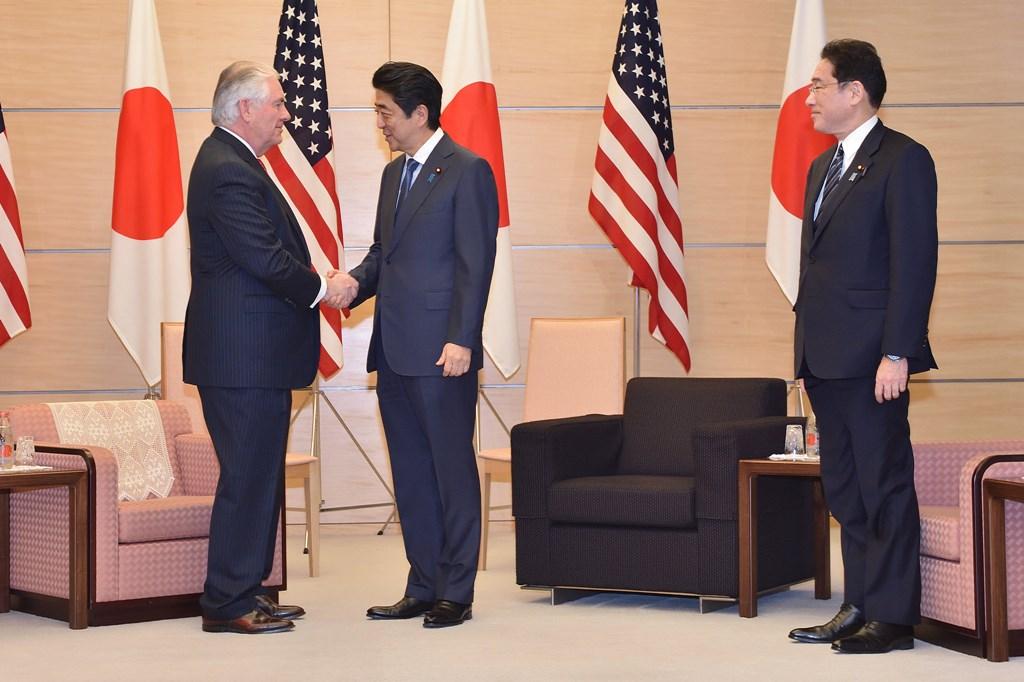 Secretarul de stat american Rex Tillerson la întâlnirea cu prim-ministrul japonez Shinzo Abe și ministrul de externe japonez Fumio Kishida