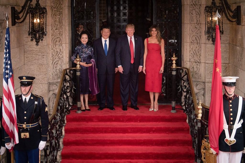 Președinții Donald Trump și Xi Jinping, alături de soțiile sale, la începutul summitului de la Mar-a-Lago, Florida