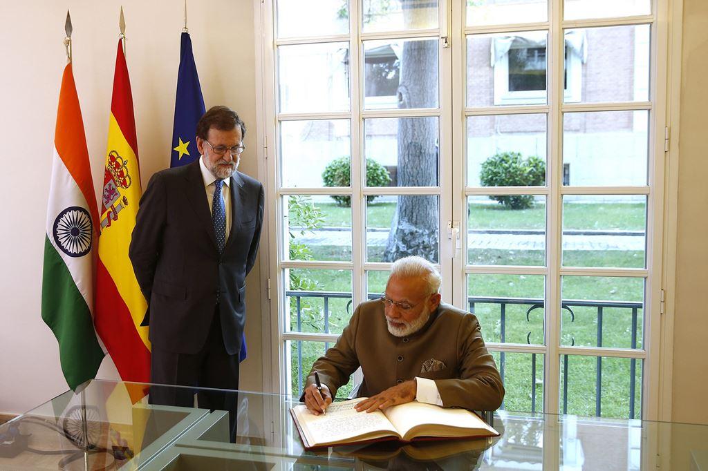 Prim-ministrul indian Narendra Modi într-o vizită în Spania, fiind primit de omologul său spaniol, Mariano Rajoy