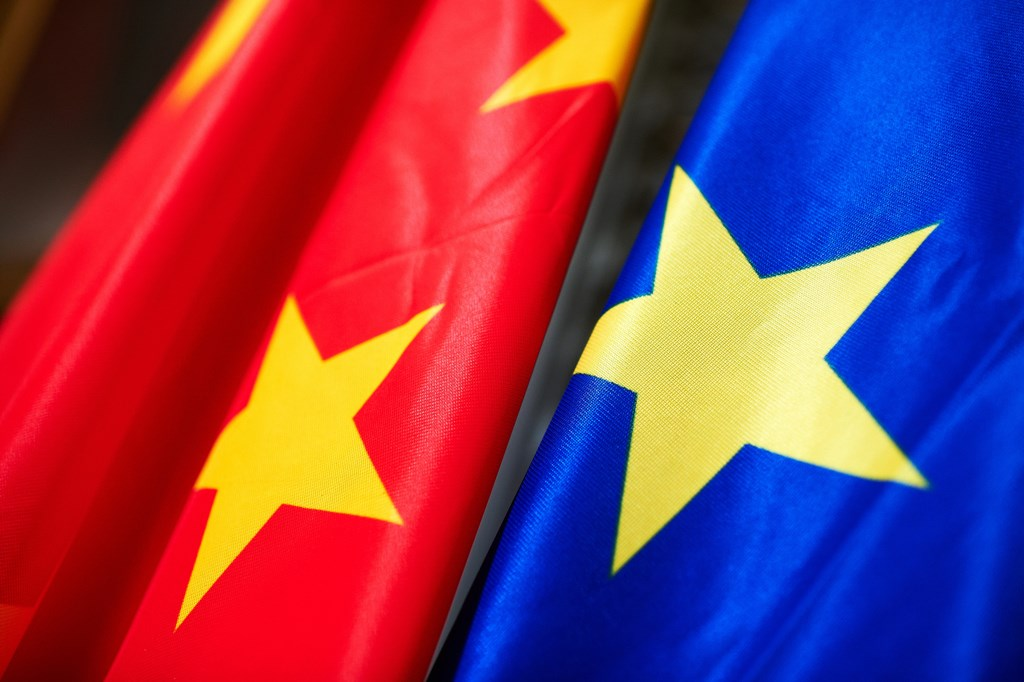 Steagurile Uniunii Europene și Chinei