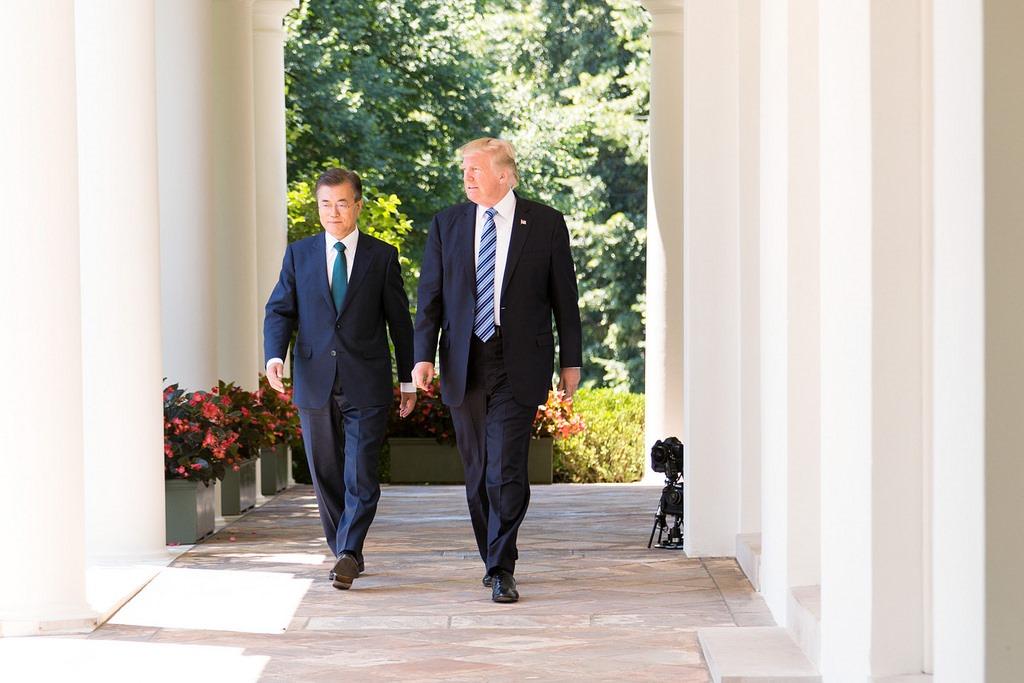 Președintele sud-coreean Moon Jae-in și omologul său american, Donald Trump, cu ocazia unei întâlniri la Casa Albă