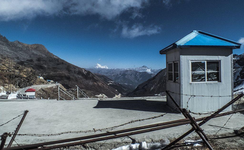 Gardul de frontieră dintre India și China, de la pasul Nathu La, văzut din partea indiană.