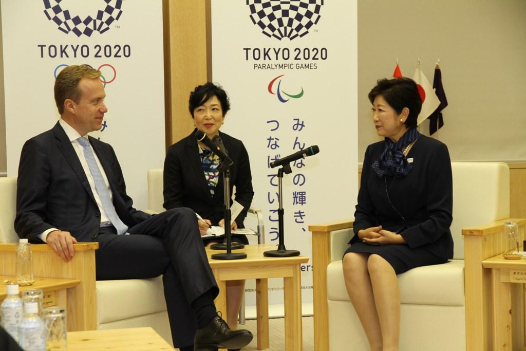 Guvernatoarea metropolei Tokyo, Yuriko Koike, alături de ministrul de externe al Norvegiei, Børge Brende