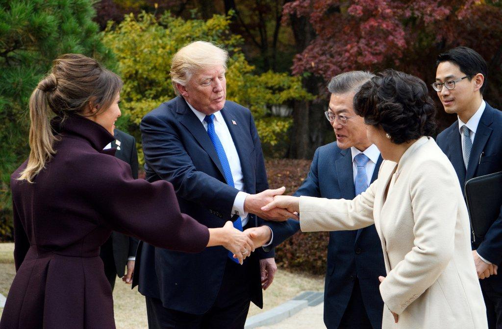Donald Trump, Moon Jae-in și soțiile lor salutându-se reciproc, în noiembrie 2017