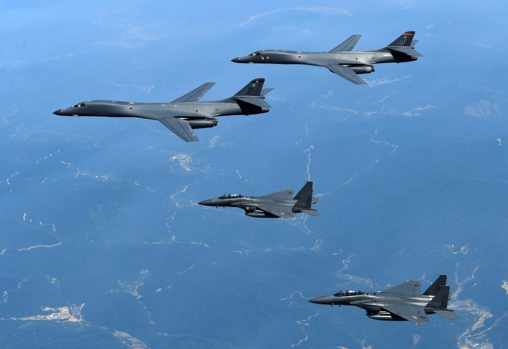 Două bombardiere americane B1-B Lancer alături de două avioane sud-coreene F-15