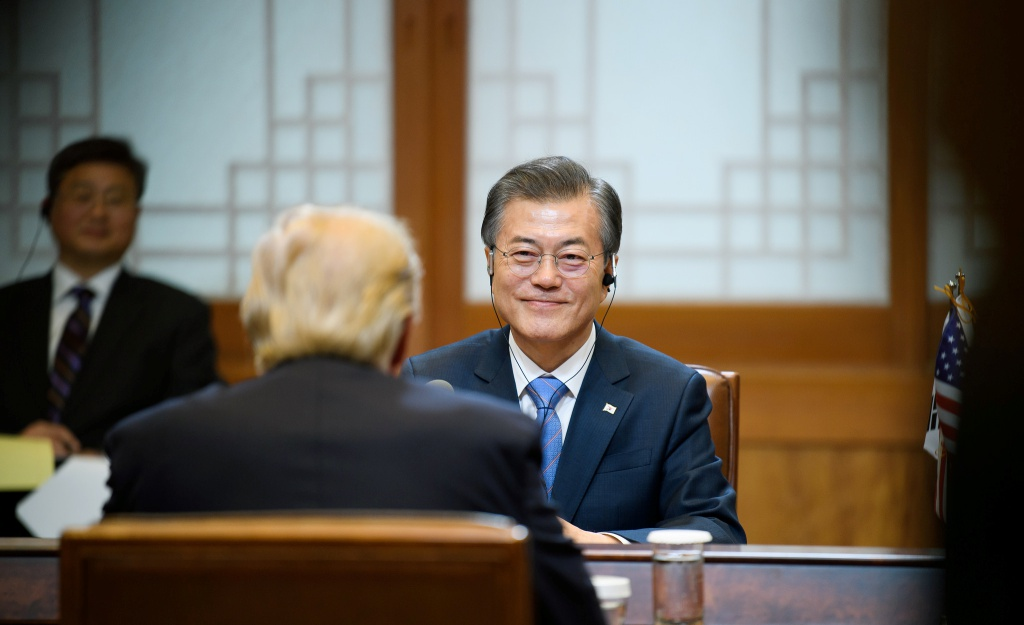 Moon Jae-in talking to Donald Trump