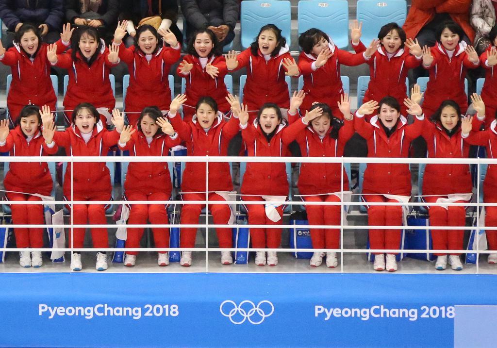 Suporterele nord-coreene trimise de Nord la Jocurile Olimpice pentru a încuraja echipa de hochei unită a Coreei