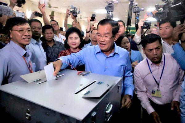 Hun Sen votând în alegerile din Cambodgia din 2018