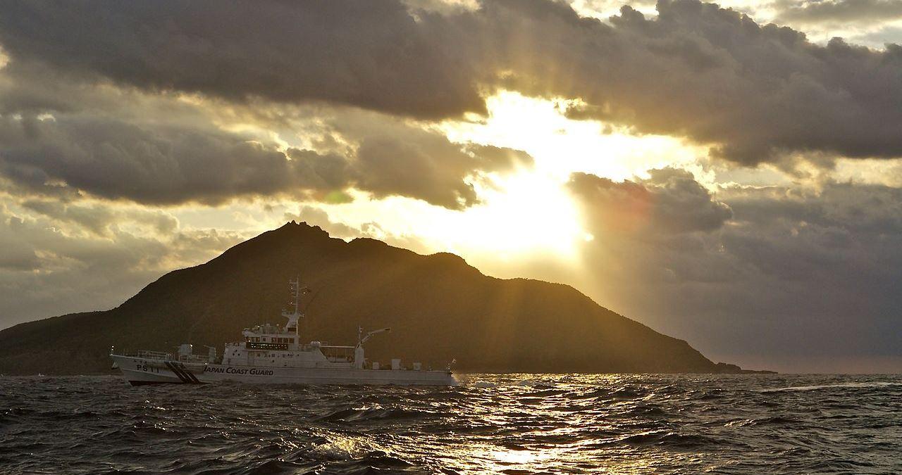 O navă a pazei de coastă japoneze patrulează în apropierea insulei Uotsuri, cea mai mare dintre insulele Senkaku.