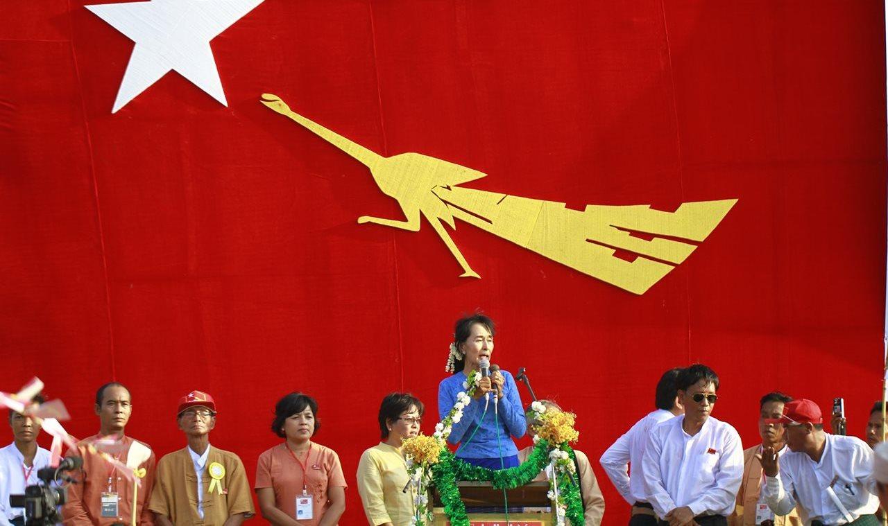 Aung San Suu Kyi tine un discurs in luna martie 2012, inaintea alegerilor parlamentare partiale din Myanmar